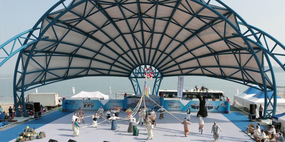 """Lễ hội đi bộ qua biển và con đường tách đôi biển """"kỳ bí"""" ở Hàn Quốc"""